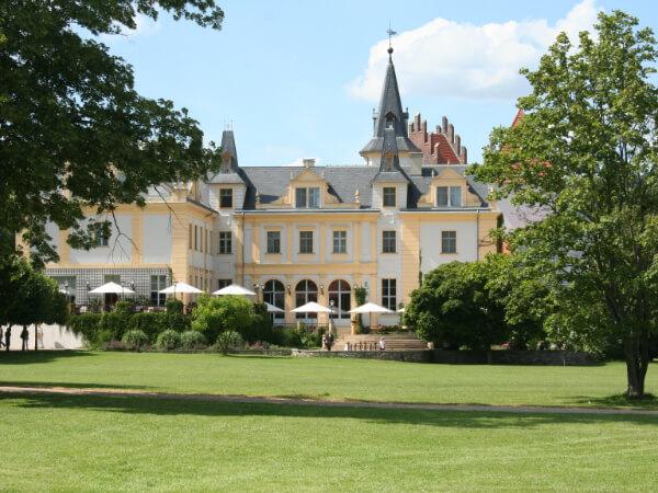 Ansicht des Schlosses über den Park
