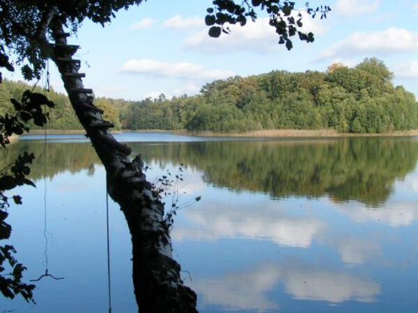 Blick über einen See als weiteren Ausflugsort