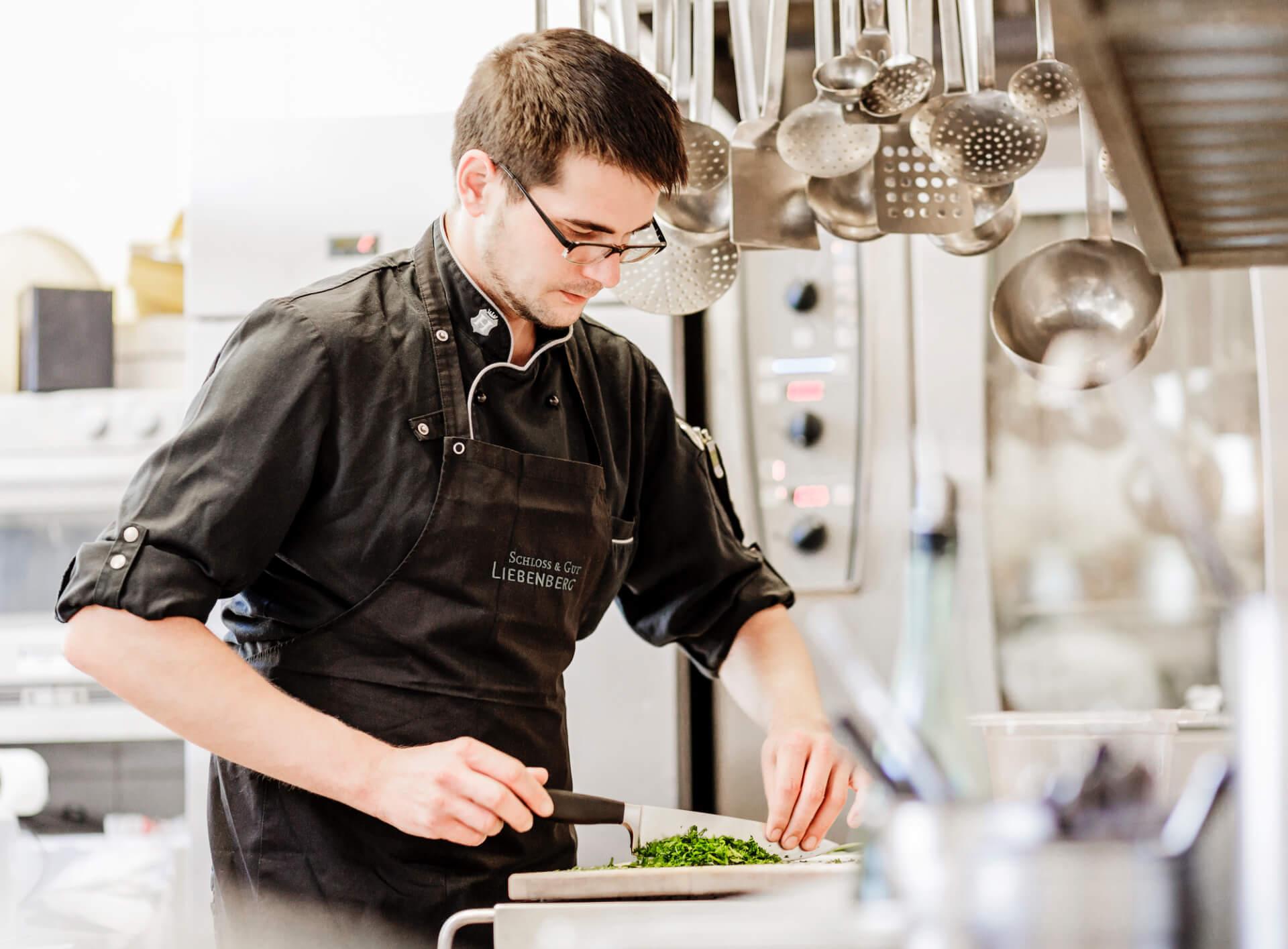 Ein Koch im Restaurant von Schloss und Gut Liebenberg
