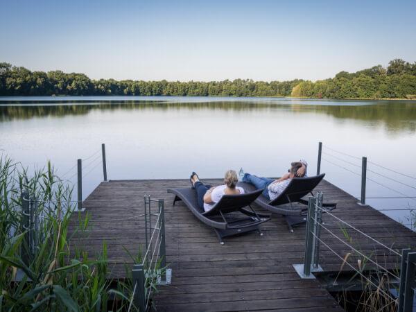 Entspannt und verliebt am See liegen