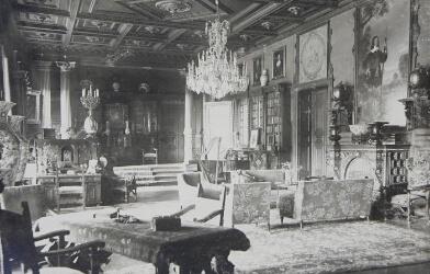 Innenansicht des historischen Schlosssaals von Schloss Liebenberg